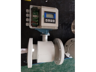 Electromagnetic flow meter for slurry liquid